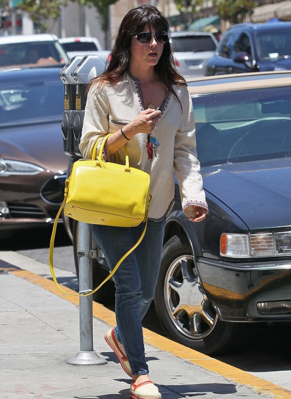 selma-blair-with-a-cheery-saint-laurent-tote-5