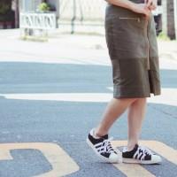"""大人可愛いスタイルのスカートに合わせるシューズは""""スニーカー""""が旬!"""