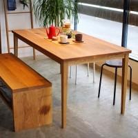 天然素材の無垢板を使ったダイニングテーブルをオシャレなカフェ風の雰囲気に☆