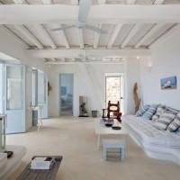 白と青の美しい対比。地中海・ギリシャテイストのインテリアを気軽に楽しんでみませんか?