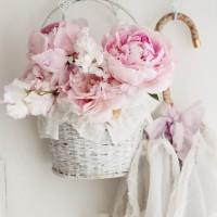ガーリーな雰囲気が可愛すぎる♡シャビーシックなインテリアに飾る花たち