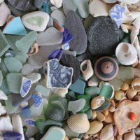 海辺で見つける宝物☆シーグラスの魅力と、もっと楽しむアレンジアイデア