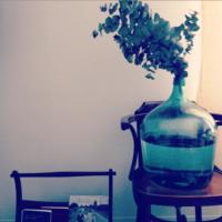 凛とした佇まいが素敵。青緑色のガラス瓶「デミジョンボトル」をインテリアに取り入れよう♪