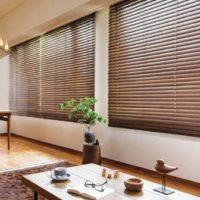 お部屋に木漏れ日を!ナチュラルなウッドブラインドで作る癒しの空間