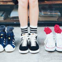 靴下で遊ぶ、ハズす、目立たせる。パンツと靴下のカラー別コーデを探ります♪