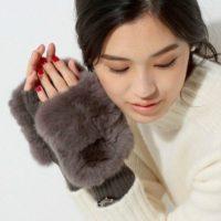 寒い冬空のなかでもスマホ操作したい☆フィンガーレスグローブのトレンドをチェック!
