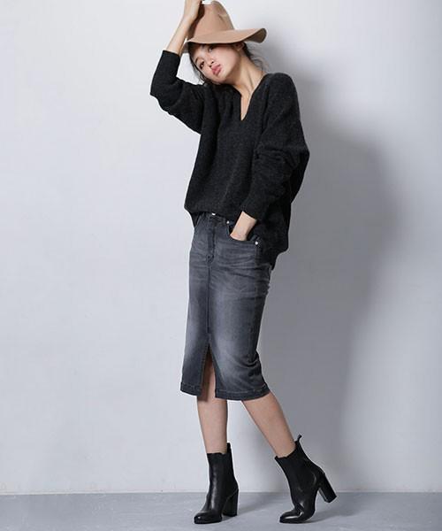 デニムタイトスカートに合わせるときもブラウジングをします。タイトスカートにVネックニットではコンサバ寄りになりがちですが、デニムタイトスカートなら大人カジュアルに仕上がります。