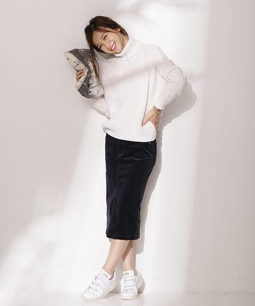 温かみのある厚手のタイトスカートにはもたつかないように上からふんわりニットを下しましょう。ニットも厚手のものだともこもこになってしまうので気を付けたい点です。