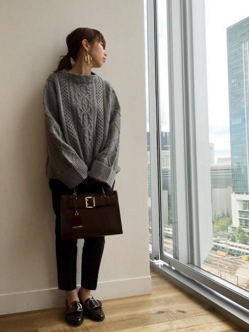 長めの袖は手の甲まで覆えて、大人可愛く着られます。ちょっとメンズライクなバッグや靴と合わせて着ても決まります。
