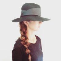 マニッシュ&フェミニンに演出♪すぐできる帽子にぴったりな簡単ヘアアレンジ集