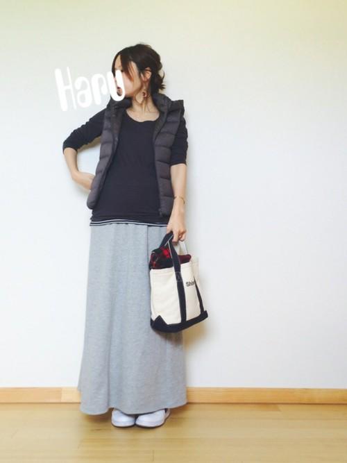 ロングスカートとの相性も◎。ボリュームのあるスカートに、インナーを同系色でそろえればコンパクトに仕上がります。大人カジュアルなスタイリングですね。
