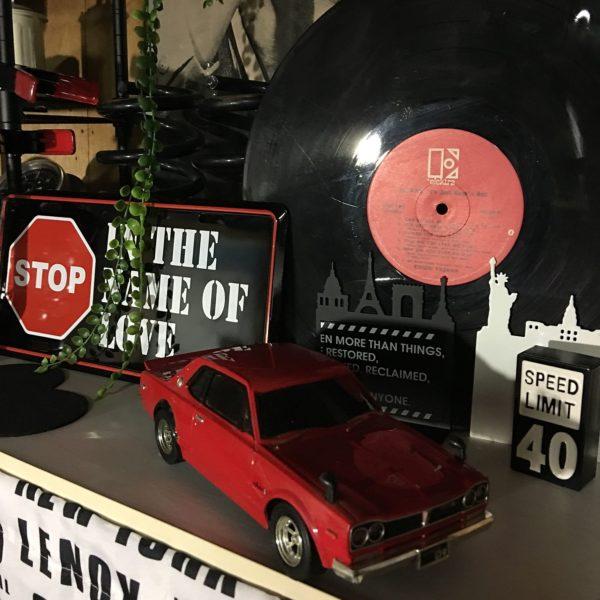 赤、黒、白だけでまとめたディスプレイに、赤のレーベルのレコードを合わせて。聞かなくなったレコードも再利用出来る、お洒落な演出は真似したいですね。