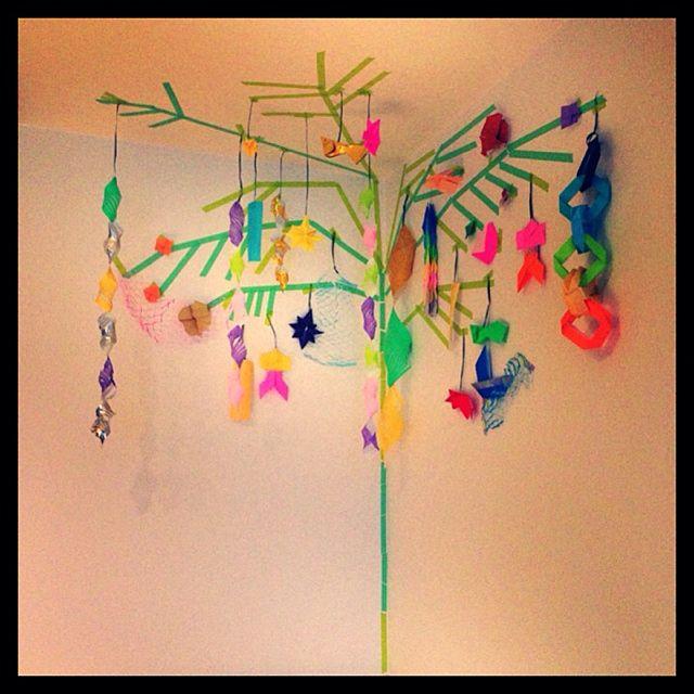 壁から天井にかけてマスキングテープで枝を作り、七夕飾りがとっても綺麗!お部屋一面が、パーッと明るくなり、七夕一色に。。家族みんなのお願いごとが叶いそうですね。