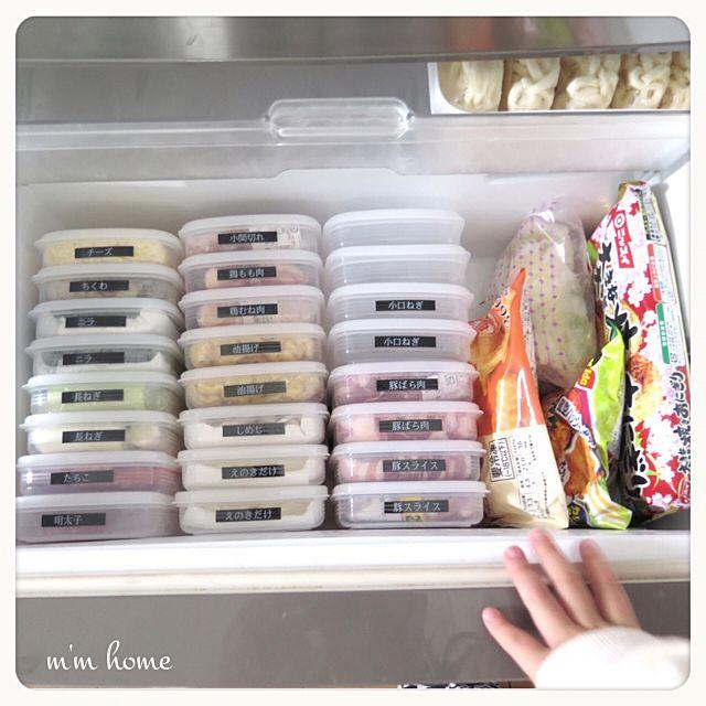 タッパを使ってきれいに冷凍庫に収納。冷凍庫にも活用できるなんてとてもいいアイディアですね。ラベルを貼って分かりやすく工夫!