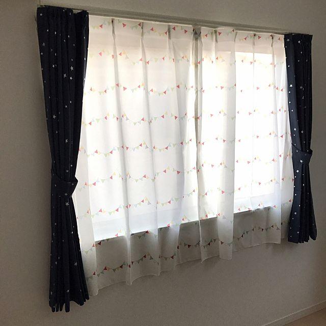 星のデザインのカーテンがかわいい!子供部屋におすすめですね。レースカーテンはカラフルでおしゃれな感じ♪