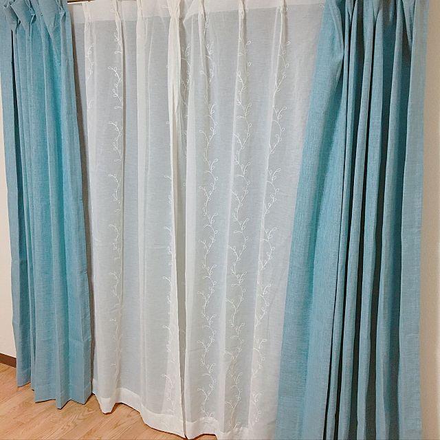 爽やかさを感じられるようなターコイズブルー。遮光カーテンは、日差しの調整が出来るのでとても便利ですね。