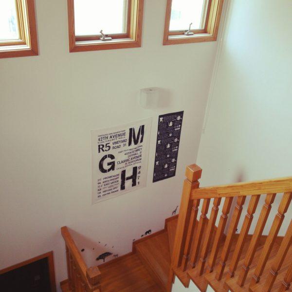 ウォールステッカーと手ぬぐいを階段の踊り場に貼ってディスプレイ。モノトーンでカラーを揃えているのでモダンでオシャレな空間。