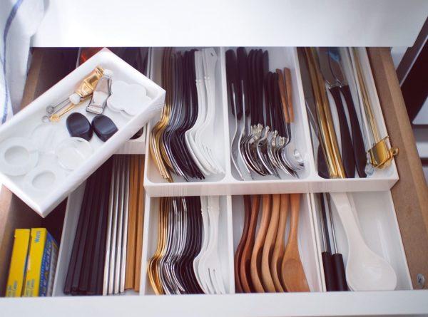 カトラリーが増えてしまいがちな方は、引き出しのサイズにあった薄型のケースを選び、二段重ねでの収納が便利です。
