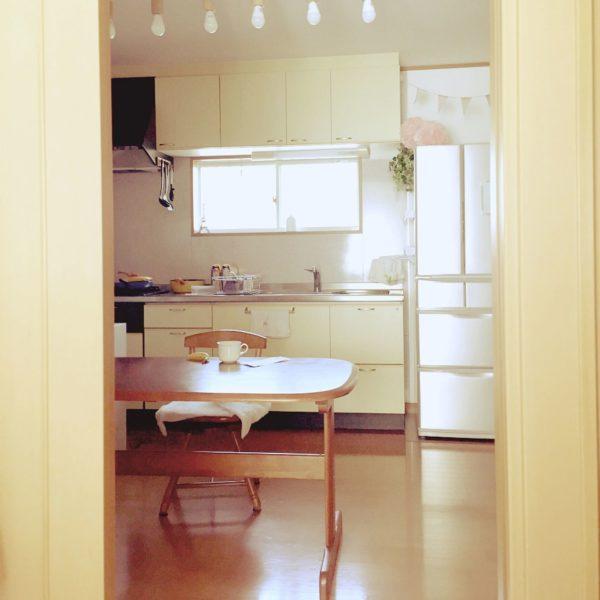 シンプルなキッチンですね。しかし、冷蔵庫の上にガーランドやペーパーポンポンを飾るだけでふんわりとやさしい印象となります。