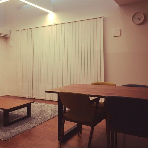 白いブラインドが存在感を放つお部屋にもリキクロックは似合います。モダンシンプルなデザインは、目立たないようでいて、ちゃんとそこにあることを感じられる力にあふれていますね。