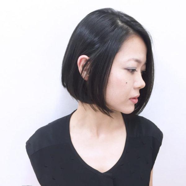 髪色はぐっと引き締め効果のある黒髪、または暗色カラーがおすすめです。落ち着きも演出できるので大人っぽい前下がりボブとなりますよ。毛先を軽くカールさせると、重くなりすぎずちょうどいい仕上がりに。
