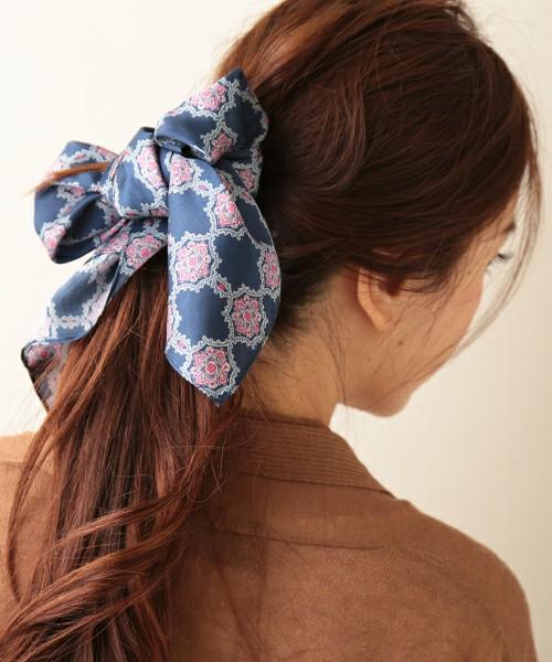 ヘアスタイルの仕上げ、リボン代わりにスカーフを使えば品よくまとまりますね。これで好感度アップ間違いなし!ショートの方はヘアターバンにしても。