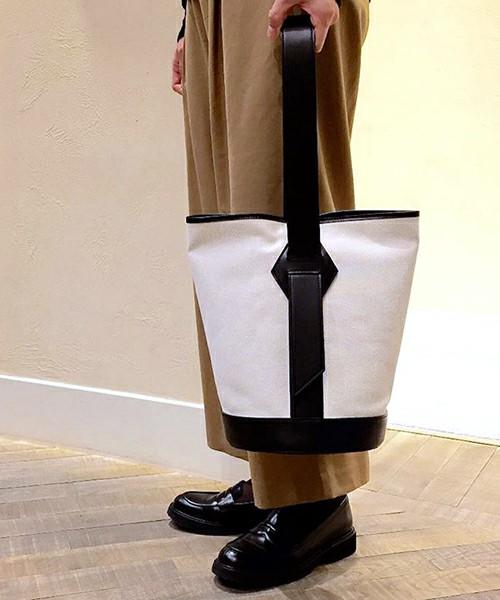 レザーとキャンバス地のバッグはカジュアルなスタイルにはもちろん、マニッシュなスタイルにもピッタリです。