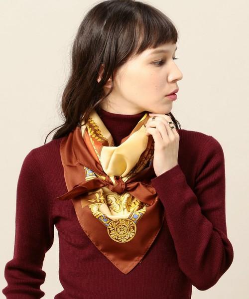 ベルトやチェーンをモチーフにしたスカーフはクラシカルな雰囲気を演出。これからは白シャツと合わせてみても。
