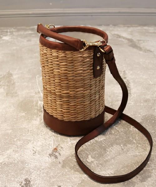 人気のバケツ型バッグも春仕様に♪ナチュラルなカゴバッグもバケツ型で、トレンドを意識したデザインに。コーデに合わせるだけで、お洒落になりそうですね。飽きのこないシンプルさもいいですね。