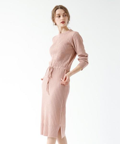 淡いピンクカラーのニットワンピース。体のラインが綺麗に出たニットワンピースは、女性らしさを嫌味なく引き出してくれます。桜色なので、これからの季節にぴったりな1枚ですね。程よい大人っぽさがいいですね。
