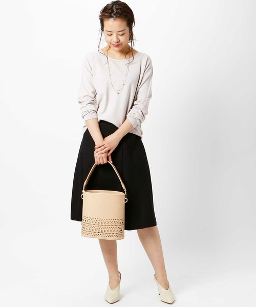 下部のカットワークが特徴のバッグは、ミモレ丈のスカートなどのフェミニンコーデにピッタリですね。