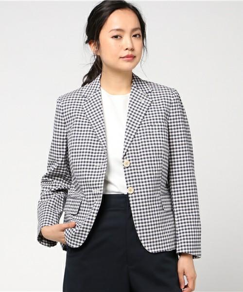 暖かい時期には、真っ白なトップスや明るめな色でのコーデに挑戦したくなるものですよね。そこでギンガムチェックのジャケットを黒でチョイスすれば、しっかり締まりのあるコーデに。