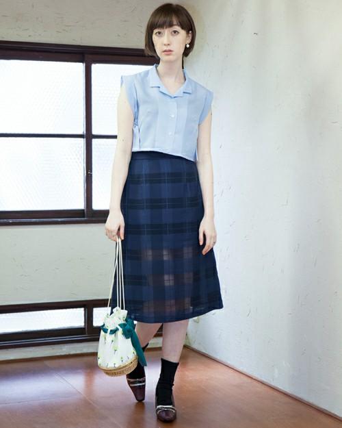 ブルーの暗色だけど、ギンガムチェックの柄を利用してシースルーも併用したデザイン性の高いスカート!大人っぽい印象だけど、シースルーの春らしさも漂います。