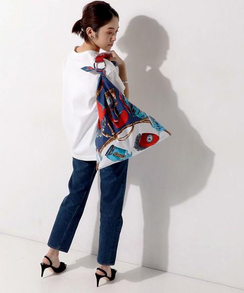 スカーフ生地で作られたバッグはインパクト大!デイリー使いにサイズ感も問題なし。