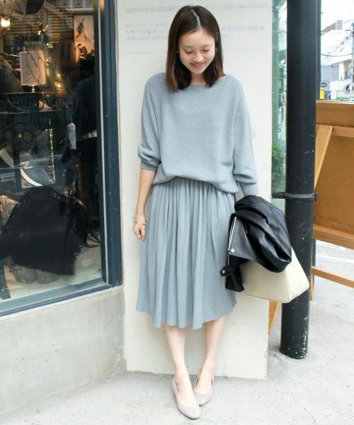 プリーツスカートが大人カワイイ雰囲気に。春はライトグレーやライトブルーがねらい目ですよ。