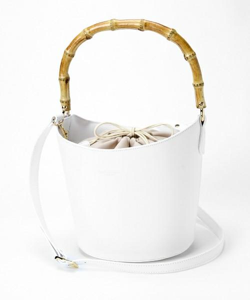 春らしく白のバッグはいかが?バンブーのハンドルが特徴でクラシカルな雰囲気に。