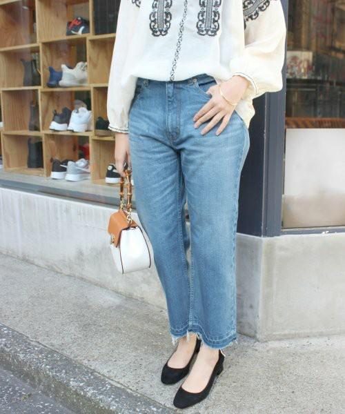 切りっぱなしの裾が今っぽいこちらのジーンズスタイル。春らしいフォークロア調のブラウスとの相性もいいですね。
