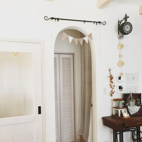 小さめのペーパーポンポンをアンティークな壁掛け時計にかけると、やさしい雰囲気となりますね。ホワイトナチュラルな癒しの空間となります。