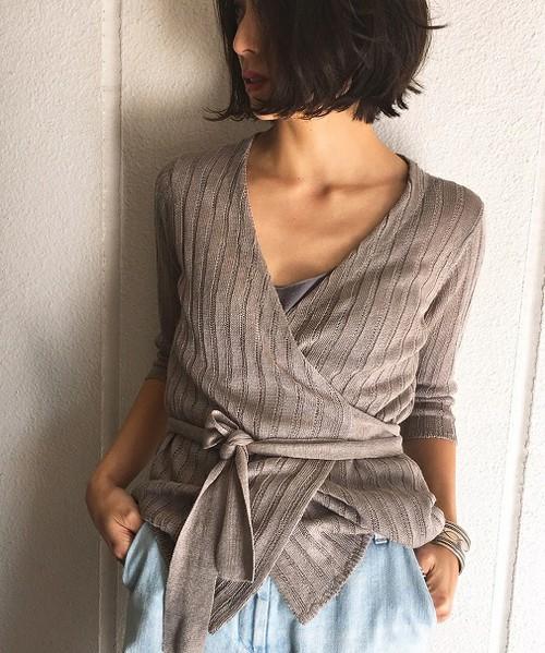 女性らしさが漂うカシュクールデザインニット。麻100%のこのニットは、ナチュラルな素材と都会的なデザインが合わさって、今時のオトナ女子スタイルにぴったり!!胸元に開きがあるので、抜け感もありますね。ワイドパンツと合わせるとかっこいいですよ♪