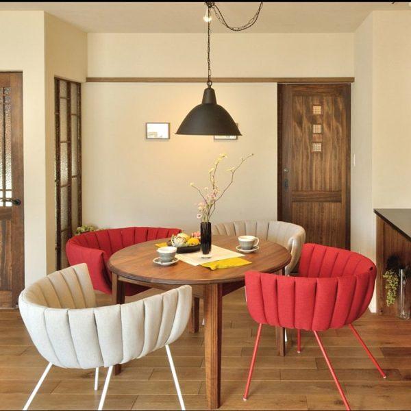 和テイストのお部屋にも丸テーブルは合うんです!和風のお部屋に丸テーブルを置くことで、渋さが緩和され程よくカジュアルに仕上げることが出来るので和モダンを目指す人には特におすすめです。