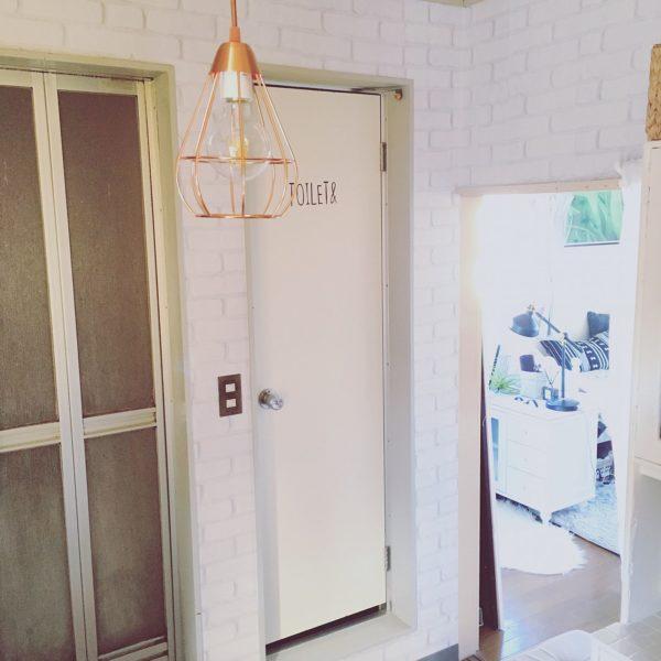 裸電球のを直明かりに感じることができる無機質な感じのライトが、白のレンガ調の壁によく合います。