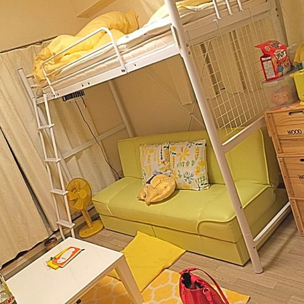 ベッドを高い位置に上げて、その下を有効活用している実例ですね。ソファとベッドは場所を取るのでなかなか一緒にはおけないアイテムですが、これならどちらも置けます。またカラーを黄色で統一しているので、まとまり感があります。