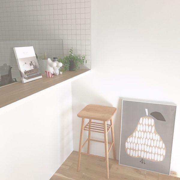 ポップなデザインが可愛いこちらのポスター。インパクトはありますが悪目立ちすることなくお部屋に華を添えてくれています。壁に掛けてもいいですし、この様に床に置いても絵になります。