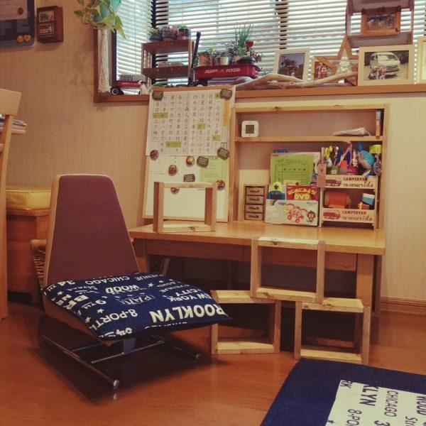 高さのある家具は部屋に圧迫感を与えますよね。リビングに圧迫感を出したくないときは、低めの机と椅子にするとよいでしょう。