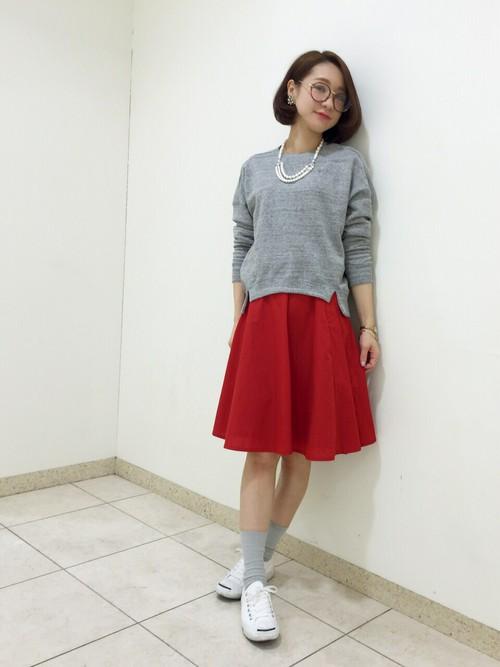 シンプルコーデに差をつける真っ赤なフレアスカート。グレーのニットと合せることでビビッドカラーも落ち着いた雰囲気に。