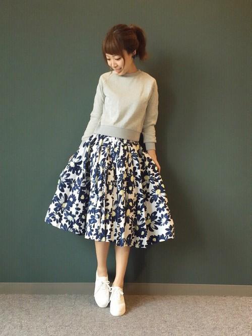 ふんわりとした花柄スカートにグレーのトップスが、甘さをおさえつつ、スタイルにメリハリをつけています。