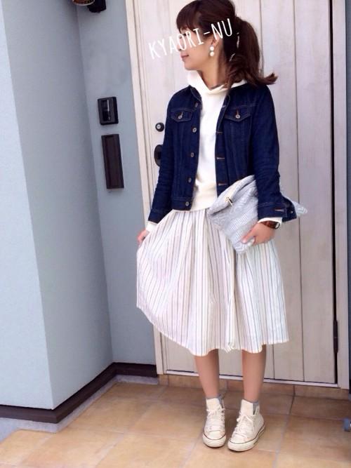 ストライプの柄が爽やかなフレアスカートも、春の訪れを感じさせます。Gジャン×キャンパス地のスニーカーで春のマリンスタイル。
