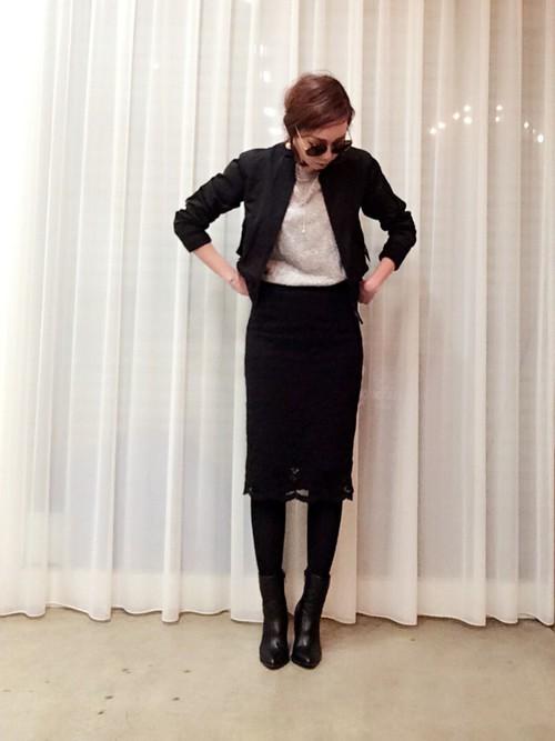 定番の黒のブルゾンは着回ししやすいアイテムです。黒のタイトスカートとショート丈ブルゾンの組み合わせならハンサムクール。