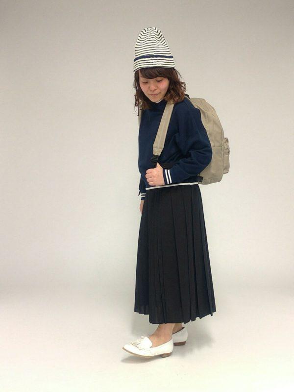こちらも黒のプリーツスカートを使ったコーディネートです。きちんと系のスカートですが、ネイビーの帽子とトップスにリュックを合わせてカジュアルに仕上がっていますね。