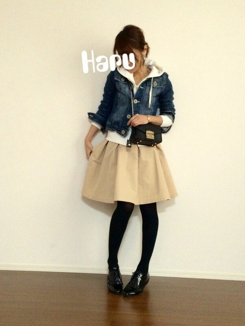 春は思い切ってミニ丈のフレアスカートの挑戦するのもおすすめ。淡色のスカートを黒タイツに合わせればメリハリのあるスタイルに。